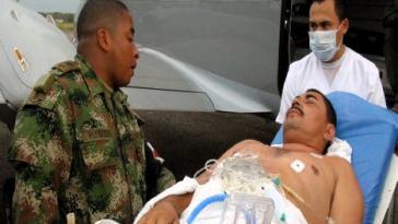 Der schwer verletzte Gefangene wird vom Krankenhaus in das Gefängnis in Bogotá verlegt