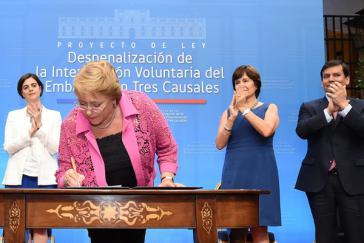 Präsidentin Bachelet bei der Unterzeichung des Gesetzentwurfs am vergangenen Samstag