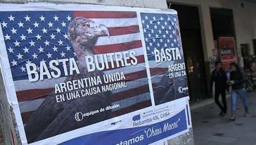 """Protestplakat in Buenos Aires gegen das Vorgehen der US-amerikanischen """"Geierfonds"""""""