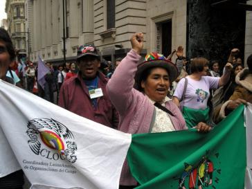 """Demonstration der lateinamerikanischen Koordination der Bauernorganisationen """"CLOC – Via Campesina"""""""