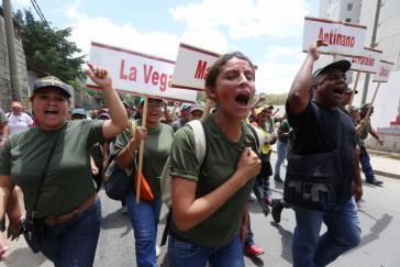 Angehörige der Miliz auf dem Weg zum offiziellen Akt im Poliedro von Caracas