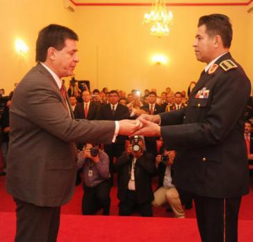 Paraguays Präsident Horacio Cartes (links) und der Chef der Nationalpolizei, General Francisco Alvarenga