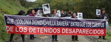 """Angehörige von Verschwundenen demonstrieren auf dem Zufahrtsweg zur Colonia Dignidad, die sich heute """"Villa Baviera"""" nennt"""