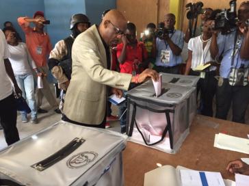Pierre Louis Opont, der Präsident der Wahlbehörde CEP, bei der Stimmabgabe