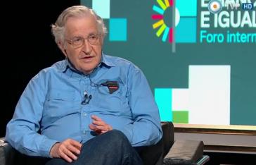 Noam Chomsky beim Interview mit Ignacio Ramonet, das am 13. März für das öffentlich-rechtliche Fernsehen Argentiniens in Buenos Aires durchgeführt wurde