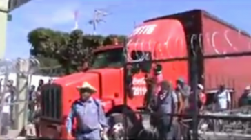 Sie verschafften sich mithilfe eines Coca Cola-Trucks Zugang zum Gelände des 27. Infanteriebataillons