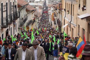 Zehntausende Menschen zogen am 30 September 2010 zum Regierungspalast in Quito, Ecuador, um gegen den Putschversuch gegen Präsident Rafael Correa zu protestieren