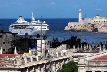 Ein Kreuzfahrtschiff läuft in den Hafen von Havanna ein