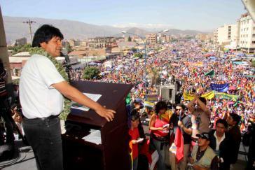 """Kundgebung beim """"Antiimperialistischen Gipfeltreffen"""" im bolivianischen Cochabamba, 2013. Auf dem Podium: Präsident Evo Morales"""