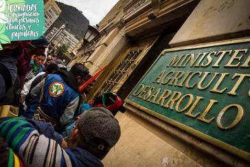 Besetzer vor dem Sitz des Ministeriums in der Hauptstadt Bogotá