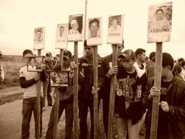 Angehörige mit Bildern der beim Massaker von Curuguaty Ermordeten