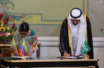 Venezuelas Außenministerin Delcy Rodríguez und der saudische Minister für Industrie und Handel, Tawfiq bin Al Rabiah unterzeichneten mehrere Kooperationsabkommen