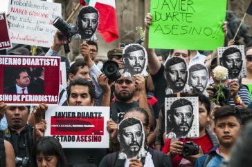 """Demonstranten mit einem Foto des ermordeten Espinosa und Schildern: """"Javier Duarte - Mörder"""""""