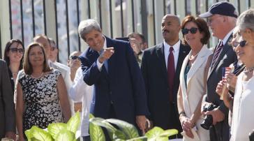 Kerry mit den Leiterinnen der Verhandlungsdelegationen,  Josefina Vidal (Kuba, links) und Roberta Jacobson (USA, rechts)