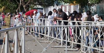 Vor der ecuadorianischen Botschaft in Havanna stehen Kubaner, die bereits ihr Flugticket gekauft haben, für ein Visum an