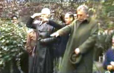 Nazi-Gruß am Grab des Kriegsverbrechers Walther Rauff 1984 in Santiago de Chile