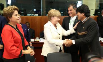 Begrüßten sich in Brüssel: Bundeskanzlerin Merkel, die Präsidentinnen Bachelet und Rousseff (Chile, Brasilien) sowie die Präsidenten Morales und Correa (Bolivien, Ecuador)