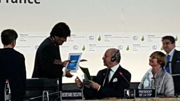 Evo Morales übergibt Laurent Fabius, dem Präsidenten der Weltklimakonferenz COP21, das Manifest des Klimagipfels der Völker
