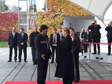Merkel begrüßt Präsident Morales vor dem Bundeskanzleramt