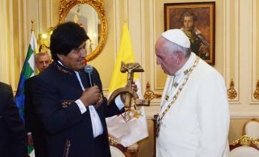 Morales überreicht dem Papst ein mit Hammer und Sichel verziertes Kruzifix. Das Original hatte der 1980 ermordete Jesuit Luis Espinal Camps angefertigt