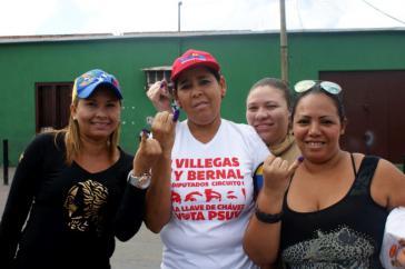 Wählerinnen nach der Abgabe ihrer Stimme bei der Parlamentswahl in Venezuela