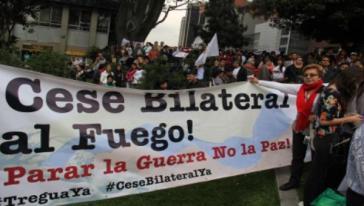 """Texte des Transparents: """"Beiderseitiger Waffenstillstand! Den Krieg stoppen, nicht den Frieden"""""""