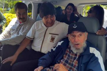 Die Präsidenten von Venezuela und Bolivien, Maduro und Morales, mit Fidel Castro am Donnerstag in Havanna. Hinten im Bild: links Cilia Flores, die Lebensgefährtin von Maduro, rechts Castros Ehefrau Dalia Soto del Valle