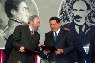 Fidel Castro und Hugo Chávez nach der Unterzeichnung des Kooperationsabkommens im Präsidentenpalast Miraflores in Caracas am 30. Oktober 2000