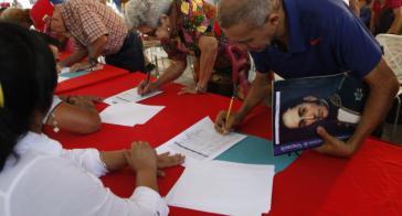 Bürger unterschreiben in Caracas den Aufruf, die Wahlresultate zu respektieren