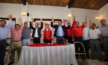 FMLN-Mitglieder feiern ihren Sieg. In der Bildmitte Generalsekretär Medard González , links neben ihm der neue Bürgermeister von San Salvador, Nayib Bukele
