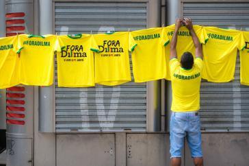 """""""Weg mit Dilma"""": T-Shirt-Verkauf am Rande der Demonstration in São Paulo"""