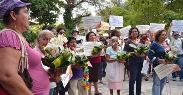 Kundgebung der Gruppe Bürgerinnen für die Entkriminalisierung des Schwangerschaftsabbruchs in El Salvador vor dem Parlament