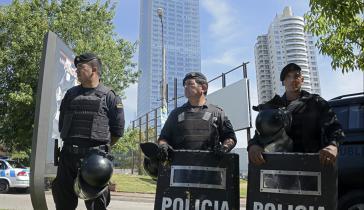 Polizeikräfte riegeln den Fundort der Bombenattrappe ab