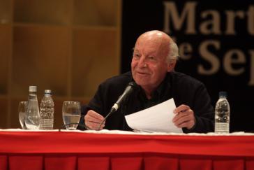 """Eduardo Galeano bei der Vorstellung seines Buches """"Kinder der Tage"""" (2012)  am 10. September 2013 in Caracas"""