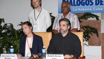 Die Vertreterin Norwegens, Idun Aarak Tvedt, und der Vertreter Kubas, Rodolfo Benítez, bei der Pressekonferenz am Dienstag in Havanna