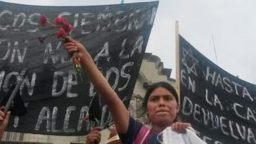 Indigene kamen mit roten Nelken zur Demonstration am 30. Mai und  überreichten s