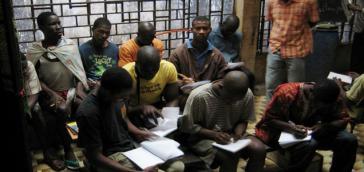 ...ebenso wie junge Männer in einem Gefängnis in Guinea-Bissau
