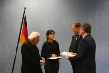 Bischof Vera bei der Übergabe der Unterschriften an Vertreter des Innenministeriums