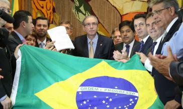 Oppositionspolitiker übergeben dem Präsidenten der Abgeordnetenkammer, Eduardo Cunha (Mitte), den Antrag auf Amtsenthebung