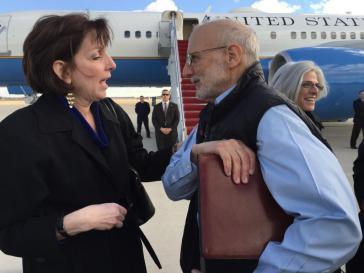Die Lateinamerika-Beauftragte der US-Regierung, Roberta Jacobson, mit Alan Gross nach seiner Freilassung aus kubanischert Haft