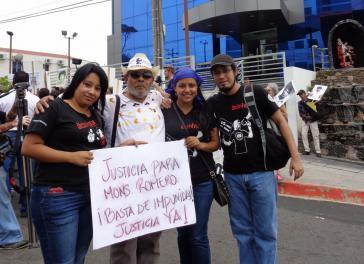 """Jaime García (zweiter von links) bei der Demonstration am 21. Mai in San Salvador: """"Gerechtigkeit für Monseñor Romero! Schluss mit der Straflosigkeit! Gerichtigkeit jetzt!"""""""
