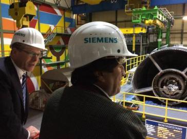 Siemens-Vorstandsvorsitzender Kaeser und Morales bei der Führung am Dienstag