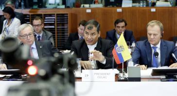 Kommissionspräsident Juncker, der Präsident Ecuadors und Präsident pro tempore der Celac, Rafael Correa, sowie Ratspräsident Tusk beim Gipfeltreffen in Brüssel (von links nach rechts)