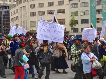 Demo von Koka-Bauern in Bolivien. Die Regierung Morales will sie nicht bekämpfen, sondern ihnen Alternativen bieten