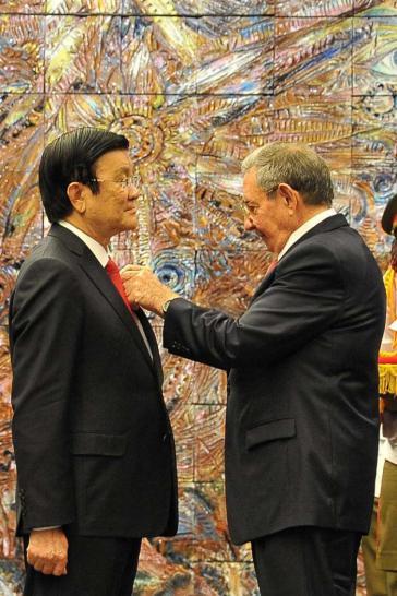 Die Verleihung des José-Martí-Ordens durch Raúl Castro an Vietnams Staatspräsidenten Truong Tan Sang