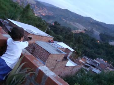 Blick auf La Escombrera aus einem anliegenden Viertel in Medellín