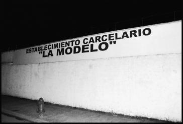 Neben dem Eingang zum Gefängnis La Modelo