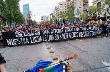 """Mapuche demonstrierten am Tag des indigenen Widerstands in Santiago.  Transparent: """"Unser Kampf ist ein einheitlicher, wir verteidigen unser Territorium"""""""