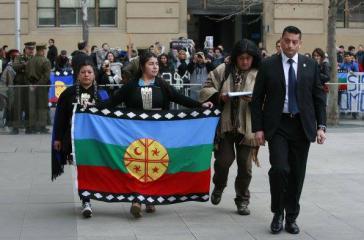 Mapuche-Vertreter überbringen einen offenen Brief ihrer Nationalen Versammlung an Präsidentin Bachelet