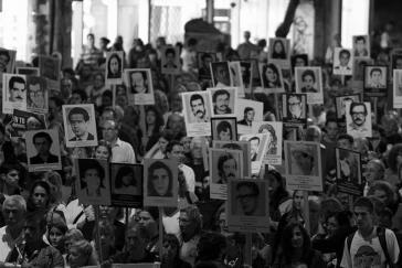 """Seit 1996 findet jedes Jahr am 20. Juni in Montevideo ein Schweigemarsch für die Verschwundenen statt. Das diesjährige Motto war: """"Schluss mit der Straflosigkeit jetzt - Wahrheit und Gerechtigkeit"""""""